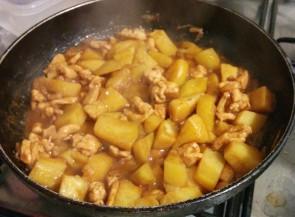 Et on laisse cuire à feu doux pendant 20 minutes jusqu'à ce que les patates soient cuites.